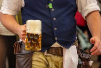 Bayerischer Kellner bringt Mass